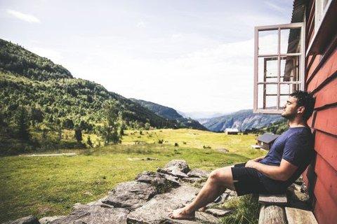 FORTSATT LEDIG KAPASITET: Den Norske Turistforening har over 500 betjente- og ubetjente hytter. Det er fortsatt mulig å få plass, selv på de mest populære hyttene. Her fra Breheimen. Foto: Eivind Haugstad Kleiven/DNT.