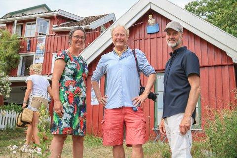 Det ble en varm og vellykket åpning for Galleri Sagesund i dag. Over 100 mennesker hadde tatt turen for å få med seg Per Fonths bildeutstilling. Også kompisen filmregissør Erik Poppe. Han har hytte i Lillesand og kom på en liten dagsvisitt for å overvære vernissagen.