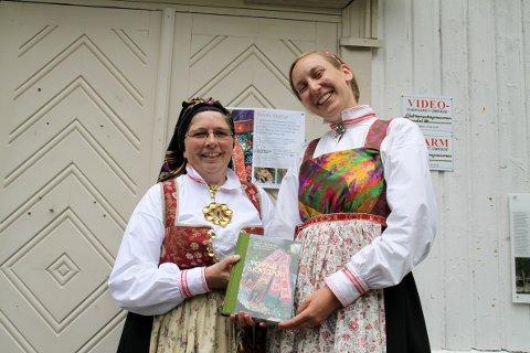 To fornøyde forfattere: Eldbjørg Breivik Smeland og Magnhild Peggy Jones Gilje med den rykende ferske boka «Vovne skattar»