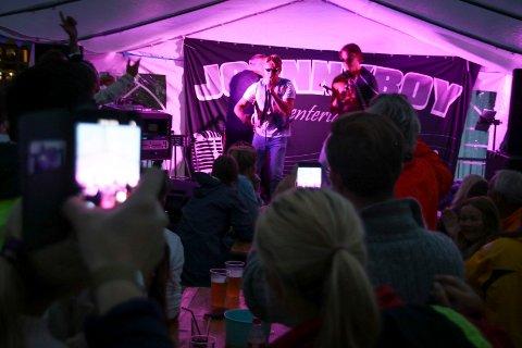Stjerna & Me$$i fremfører sangen Tvede for første gang live. Det ble en stor suksess blant publikum.
