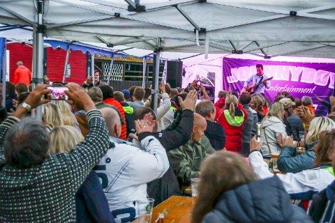150 publikummere overvar konserten i Bakkeskåt forrige lørdag. Kommuneoverlegen var ikke fornøyd måten smittevernsreglene ble etterfulgt på, og varslet stenging av teltet.