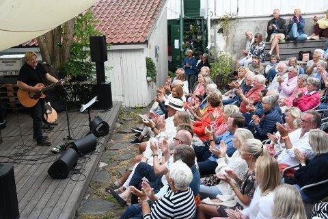 Jørn Hoel var i godt slag, da han spilte og underholdt med «frekke» kommentarer til publikum i Museumshaven i fjor sommer. Arkivfoto