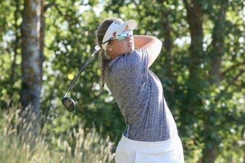 Karoline Stormo er Tvedestrands første profesjonelle golfspiller.Nå er hun igang i NM.