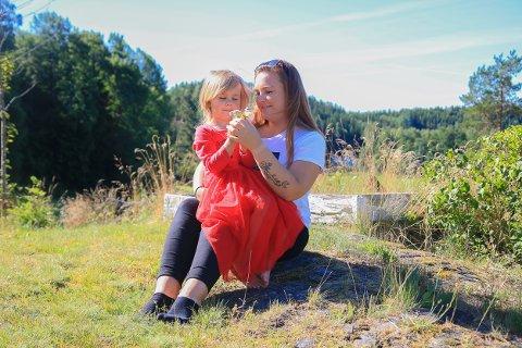 Plutselig mamma: Veronica Lilleødegård (23) var 18 år da hun fødte datteren Thea-Isabelle (4) uten å vite det. Hun hevder hun gikk på p-piller og ikke hadde den fjerneste idé om at hun ventet barn. De bor hjemme på Langang i barndomshjemmet sammen med Veronicas pappa og besteforeldre.Foto: Marianne Stene