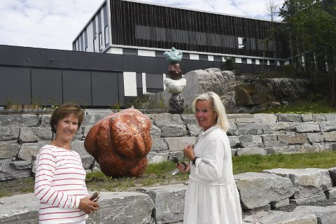 På tur: Venninnene Britt Toverud (t.v.) og Siri Sørensen hadde tatt turen til nye Tvedestrand videregående skole torsdag. - Med en mørk bygning og grå stein kommer den fargerike kunsten veldig godt fram her, synes Siri Sørensen. Foto: Øystein K. Darbo