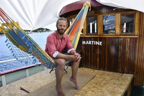 VEL BLÅST: Mads Erik Aall bor til vanlig i den gamle fiskeskøyta Martine. Lørdag ble den omgjort til en flytende scene ved Langebåen. Konsertene ble en suksess. Nå vil Mads Erik utvide konseptet.
