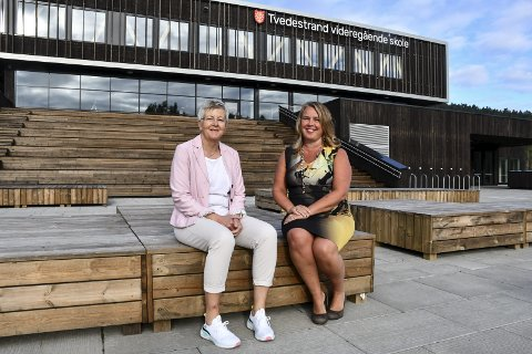 Ny skole: Line Marie Poppe (t.h.) og Turid Tveit foran den nye videregående skolen. 1. september blir Tveit rektor ved skolen, mens Poppe går inn i en prosjektstilling.