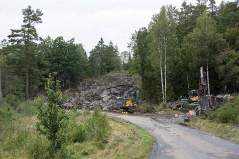 Flytter stein: Spregningsmassen fra prosjektet ved Svinebutjenna mellom Gjeving og Laget skal brukes til snuplass på Bergendal.