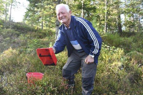 BlåbærRekord: Jens Hagane trives godt med bærplukkeren i skogen. Nå er det ikke mye blåbær igjen her utenfor huset hans på Hagane, men for noen uker siden var det så masse at det gikk raskt å fylle ei bøtte . Foto: Øystein K. Darbo