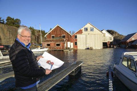 Jan Marcussen: Er en av ildsjelene bak Lyngørfjorden Kyskultursenter. Her viser han frem tegningene til senteret for første gang. I bakgrunnen står de gamle byggene.