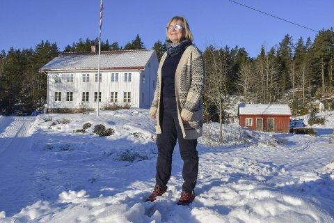Sletta: -Det er bare litt over seks minutter å kjøre til butikken, sier Eva NIlsen. Hun stortrives med gårdlivet i skogen på Vegårshei. Foto: Olav Loftesnes