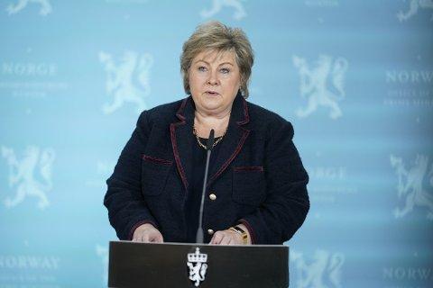 Statsminister Erna Solberg ber folk huske på meteren, også når de er utendørs. Foto: Fredrik Hagen/NTB