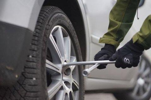 I enkelte tilfeller kan vibrasjoner få hjulmuttere eller -bolter til å løsne etter hjulskift. Derfor er det viktig å etterstramme etter 10-12 kilometer.