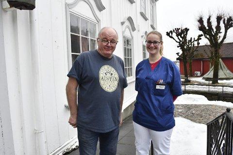 Teamarbeid: Pensjonert anestesilege Terje Dybvik var en av de frivillige på onsdagens massevaksinering. Han gir toppkarakter til vaksinekoordinator May-Elin Aabak Nielsen, som sørget for at alt gikk på skinner. Foto: Olav Loftesnes