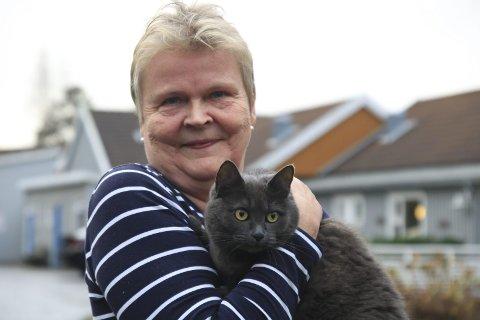 Hos matmor: Katten Sara bor fortsatt hjemme i Ramsdale i påvente av ankesaken til matmor Elin Haugstoga. Nå venter ny runde i retten. Foto: Marianne Stene/arkiv