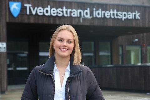 Maren Løvdal har meldt seg som frivillig trener for Tvedestrand håndballklubb, og gleder seg til å starte opp til høsten - og da i den nye hallen på Tvedestrand videregående skolen. — Det gleder jeg meg til, sier hun.
