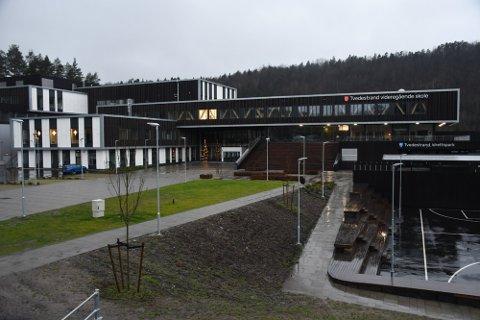 Rektor Turid Tveit ved Tvedestrand videregående skole fikk vite i går ettermiddag at to at skolens elever er smittet av korona. Arkivfoto