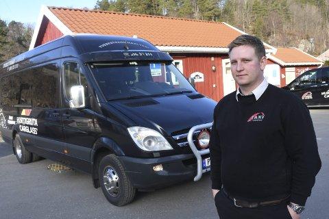 Allsidig: Jon Ferdinand Kolbær kjører mye med denne minibussen lokalt, og tar langturer med stor buss. Foto: Øystein K. Darbo