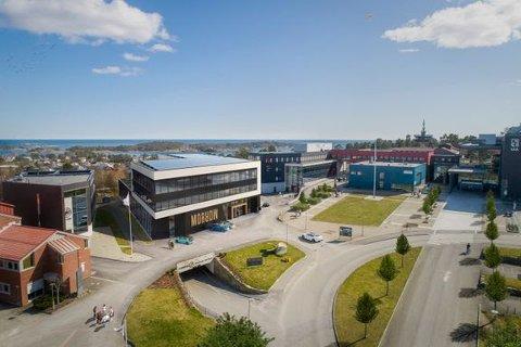 En illustrasjon av innovasjonssenteret i Grimstad, lokalisert ved siden av UiA. Illustrasjonen er utarbeidet av ENO Arkitekter, NOSLEEPTILLBROOKLYN, J.B. Ugland Eiendom, på oppdrag for Morrow Batteries.