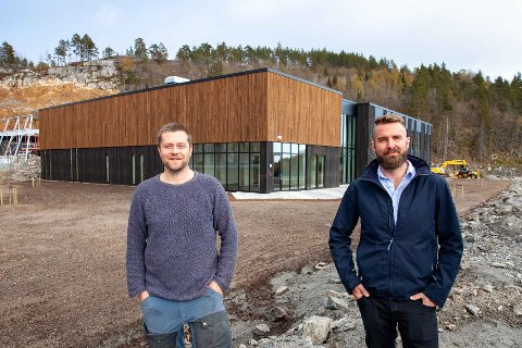 Ferdig: Prosjektleder i Lindal Hus, Anders Gundersen, og leder i InfraParken, Geir-Eivind Kihle, ved det nye næringsbygget på Grenstøl sist fredag. Foto: Lindal Hus