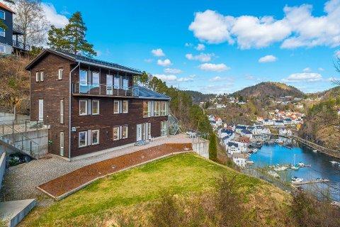 Det store huset har en spesiell beliggenhet med utsikt over Tvedestrand havn og Tvedestrandsfjorden. Foto: Meglerhuset & Partners