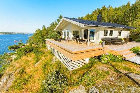 Denne fritidseiendommen på Vestre Sandøya ble kuppet før visning. Hytta har sol fra morgen til sen kveld med panorama utsikt over sjøen. Foto: DNB Eiendom