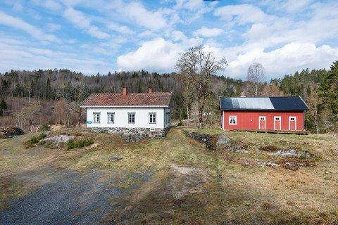 Den gamle skolebygningen ligger fint til på Lindland, og har en tomt på 8,7 mål. Foto: Camilla Husavik/Inviso