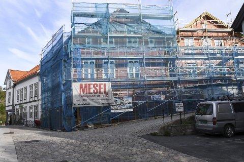 Snart ferdig: Arbeidet med det kombinerte nærings- og leilighetsbygget startet seint i fjor høst. Siden byggeplassen ligger inntil Hovedgata, har arbeidet berørt trafikken i gata i perioder. Nå skal alt være ferdig i løpet av 6-7 uker. Foto: Øystein K. Darbo