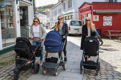 Ragna Philipp, Hege Eldrup Rise og Kristin Kollbær er glade de tilbringer mammapermisjonen i Tvedestrand.