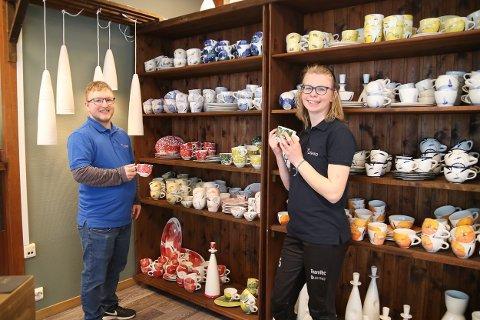 Kristian Eldrup og Eline Noem Hansen har hatt mer enn nok å gjøre på åpningsdagen til Lisands nye butikk. Og det ga mersmak, de har begge lyst til jobbe mer her.  (Sveip til høyre eller venstre for flere bilder)