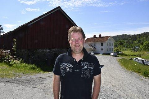 Byggeplaner: Etter at Jan Trygve Braaten overtok eiendommen etter sine besteforeldre, har han restaurert bolighuset. Nå ønsker han å rive låvebygningen og oppføre et nytt bygg med garasjer og leiligheter. Foto: Marianne Drivdal