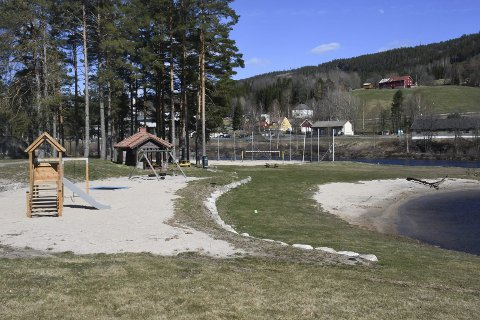 Legges til rette: Noen av parkeringsplassene for bobiler skal etableres i friområdet ved badeparken. Arkivfoto