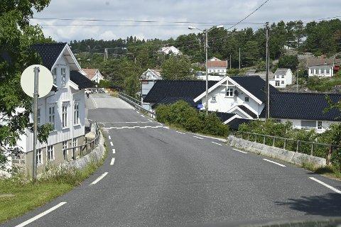 : Eieren av den gamle butikken (huset til høyre) i Kilsund ber fylkeskommunen sette opp støyskjerm mot de deler av hans eiendom som ligger langs fylkesveien, samt ber om flere og større fartsdumper i området. Foto: Skibsaksjeselskapet Hesvik