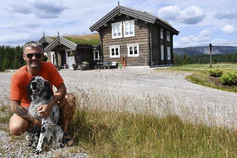 Hjemme på Gjermundnes: Ben David Berås er en lidenskapelig jeger. Denne firbeinte jaktkompisen heter Bjørkestøylens Ranger.