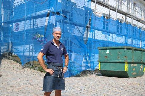 Lars Wilhelmsson som driver både Broms bakeri og Fiskespesialisten syns det er synd at det er så mye byggearbeid i byen midt i fellesferien.