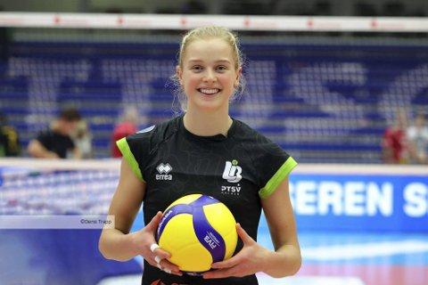 Emilie Olimstad fra Åmli spiller første kamp i EM i sandvolleyball i dag.