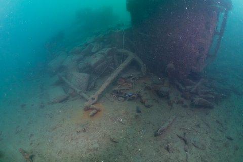 """Dykkerne fra Arendal undervannsklubb var usikre på hva de ville finne og om de ville finne noe i det hele tatt da svømte ned til havets bunn utenfor Kilsund tidligere denne uka. Men jaggu ble det ikke full fangst. Her er bilde av ankere til den gamle treskuta """"Haraldsson"""" som forliste i 1961."""