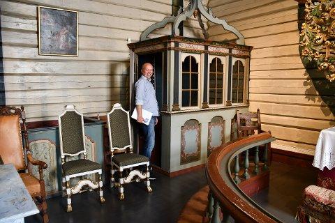 Holt kirke: Sp-leder Trygve Slagsvold Vedum ble imponert, ikke minst av den gamle skriftestolen