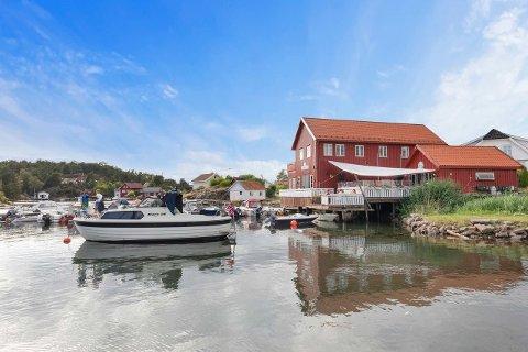 Det er nå klart hvem som skal overta dette næringsbygget, og sørge for at dagligvarebutikken på Sandøya skal drives videre. Foto: Vidar Godtfredsen