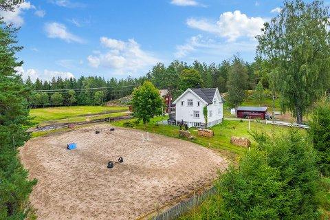Småbruket på Simonstad er tilrettelagt for hestehold, og har blant annet en liten ridebane. Foto: Meglerhuset & Partners
