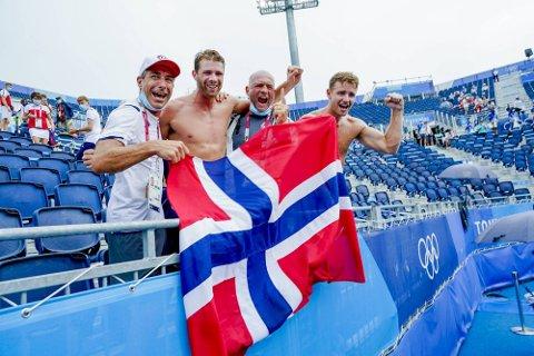 Jetmund Berntsen (assistenttrener og onkel til Anders), Anders Mol, Kåre Mol (trener og pappa til Anders) og Christian Sørum er teamet som sørget for norsk gull i sandvolleyball. Foto: Heiko Junge/NTB