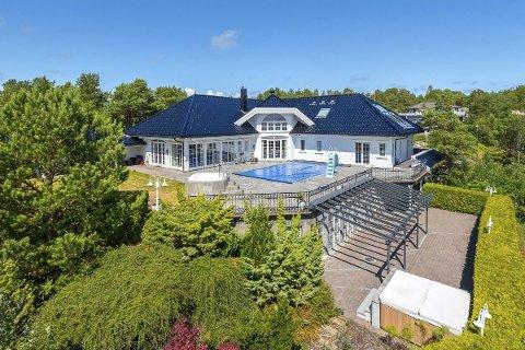 Huset som nå er solgt har et bruksareal på nær tusen kvadratmeter. I tillegg kommer utearealet med eget svømmebasseng med sklie og massasjebad. Foto: Finn.no/Meglerhuset&Partners