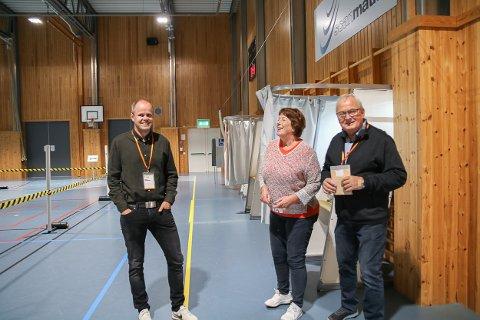 Leder for stemmestyret i Vegårshei Arild Flaten og styremedlem Per Arnt Nes, sammen med Eli Saga som kom for å avlegge stemme på valgdagen.