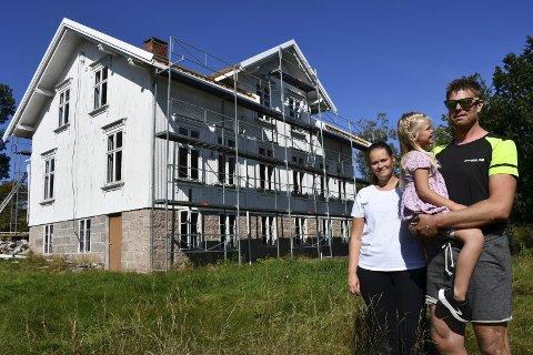 Neste år bor de her: Det er et omfattende arbeid som venter de nye eierne av gården på Ljøstad. De gleder seg til å etablere seg her, men de har også trivdes veldig godt på Nes der de har et nytt og flott hus. Foto: Anne Kristine Dehli