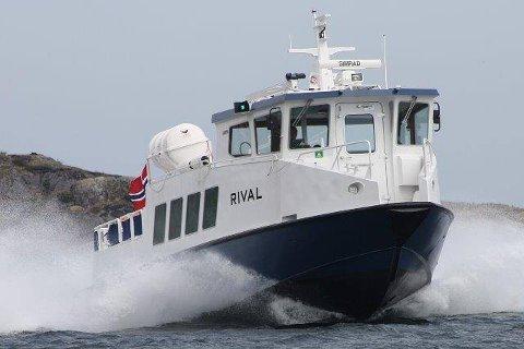 Agder fylkeskommune lagt kontrakten på rutekjøringen mellom Gjeving-Lyngør og Hagefjordbrygga-Sandøya ut på anbud. Det er Sørlandets Maritime som har kjøringen nå. Rival er en av båtene.