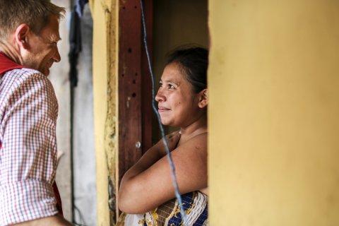 Wendy (19) bor i tegucigalpa. Hun begynte med dop og gjengkriminalitet da hun var 12 år. Gjennom søsteren sin kom hun kontakt med Røde Kors sine prosjekter. Der har hun lært selvtillit, fått helsehjelp, lært makeup og frisørteknikk og har nå kommet seg ut av dopmiskbruk og gjengkriminalitet.Honduras er et av de fattigste landene i regionen. Norges Røde Kors støtter flere prosjekter i områder som er kontrollert av gjenger.  Noe av arbeidet går ut på å gi ungdommer alternativer til dop og gjengkriminalitet.