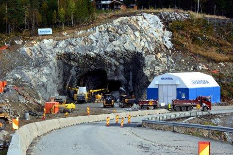 I gang: Skanska er i gang med å bygge tunnel mellom Bjørgo og Bagn. Til dette arbeidet vil regjeringa løyve 250 millionar i 2017.
