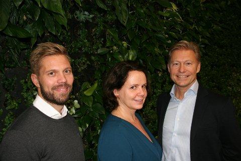 Prosjektleder Oscar Olsen og kommersiell direktør Marianne Næss i Norsk Medisinaldepot er fornøyd med sitt toppmoderne nettapotek. Til høyre prosjektleder ved Devoteam Fornebu Consulting, Harald Buset.
