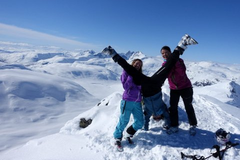 Heilt topp: Ungdomeleg glede laurdag, på toppen av Slingsbytind (2026 m), nabotoppen til Uranostinden.