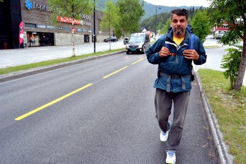 Asem Shalash håper marsjen hans vil sette søkelyset på det han mener er, inhuman lang ventetid, for asylintervju.